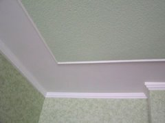 покраска обоев на потолке